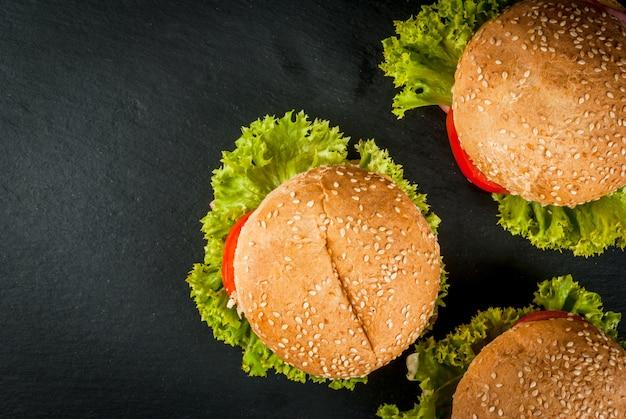 Hamburger fatti in casa sul tavolo di pietra nera