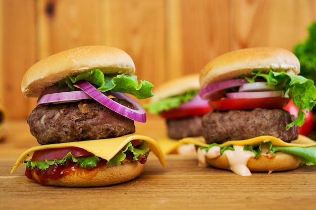 Hamburger fatto a mano delizioso su fondo di legno