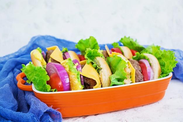 Hamburger fatto a mano delizioso