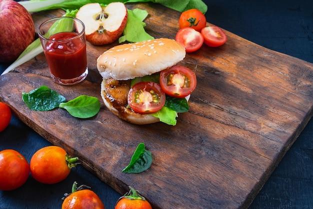 Hamburger fatto in casa con lattuga su fondo di legno