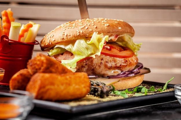 Hamburger fresco a base di polpette di soia, con verdure e insalata, con croccante di patate e verdure fresche.
