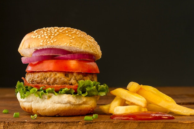 Hamburger fresco con patatine fritte