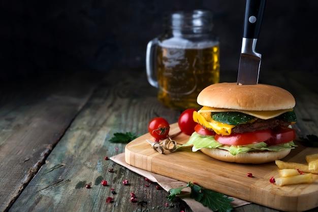 Hamburger fresco e succoso su una carta