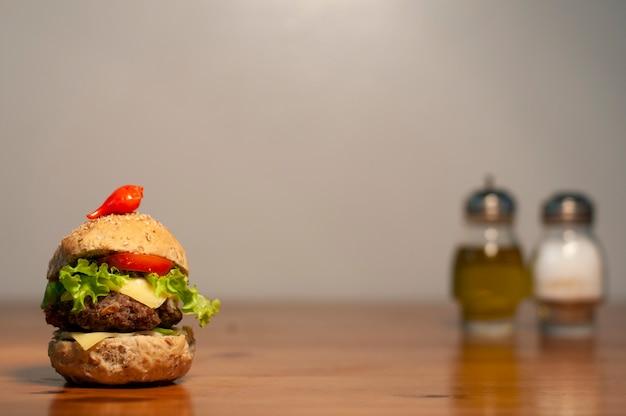 Hamburger gourmet con pomodoro, formaggio, pollo, manzo - sandwich naturale