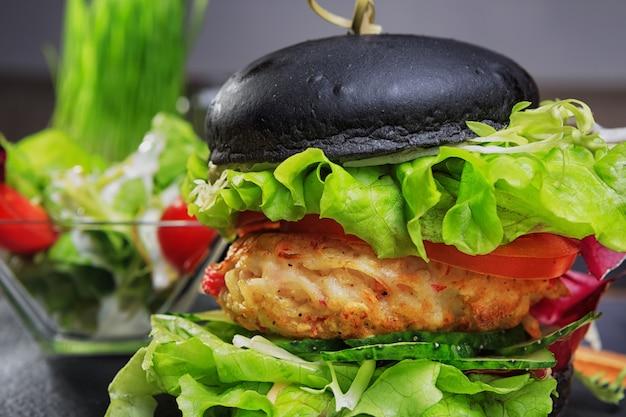 Hamburger nero con calamari