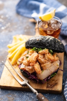 Hamburger nero con pesce e gamberi, fishburger con gamberi