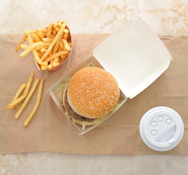 Hamburger, patatine fritte e caffè in bicchiere di plastica