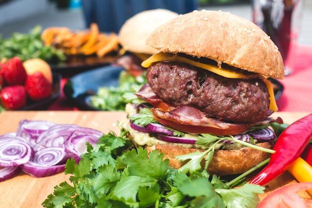 Hamburger per il barbecue estivo da giardino colorato con ingredienti biologici