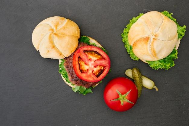 Hamburger piatto laici su ardesia