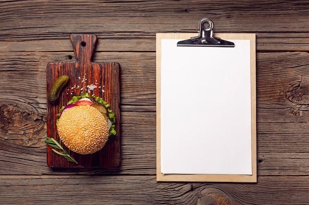 Hamburger piatto laico con appunti mock-up