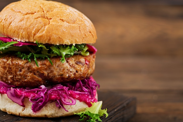 Hamburger sandwich con succosi hamburger, cavolo rosso e salsa rosa