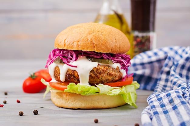 Hamburger sandwich con succosi hamburger, pomodoro e cavolo rosso