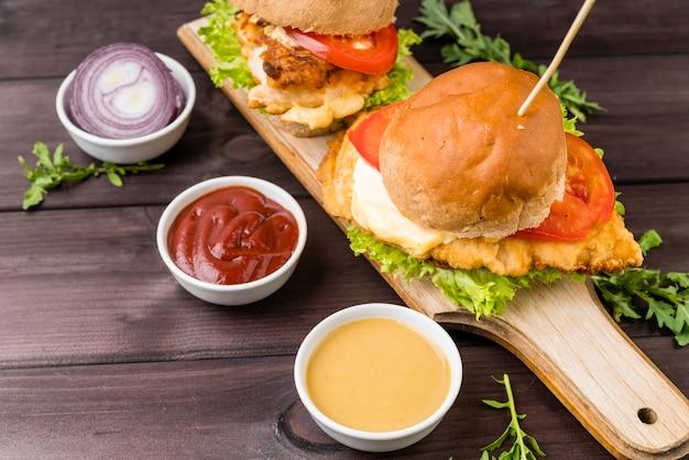 Hamburger saporito del primo piano con salsa