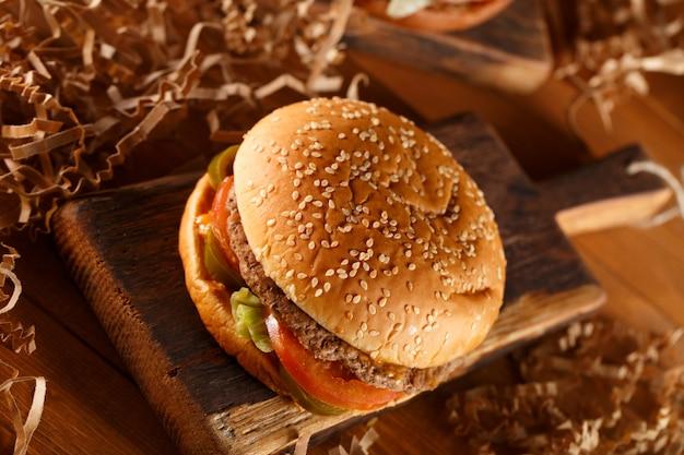 Hamburger su fondo di legno
