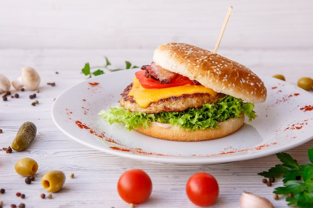 Hamburger su luce in legno, fast food, cibo di strada