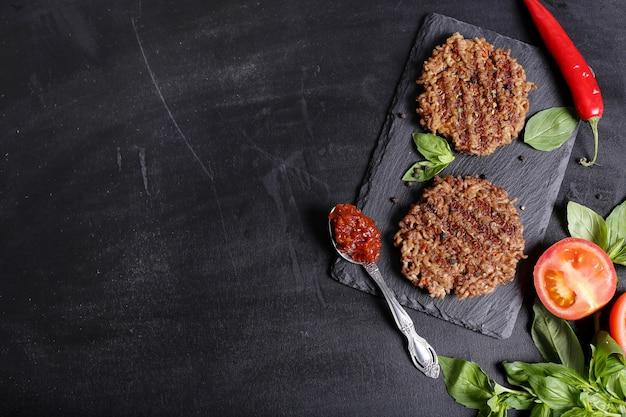 Hamburger su sfondo di tavolo in legno