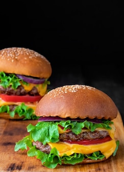 Hamburger su una tavola di legno