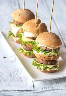 Hamburger sul piatto bianco