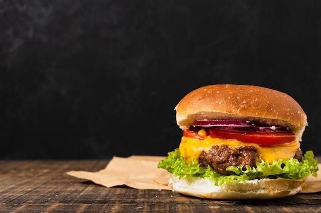 Hamburger sulla tavola di legno con lo spazio della copia