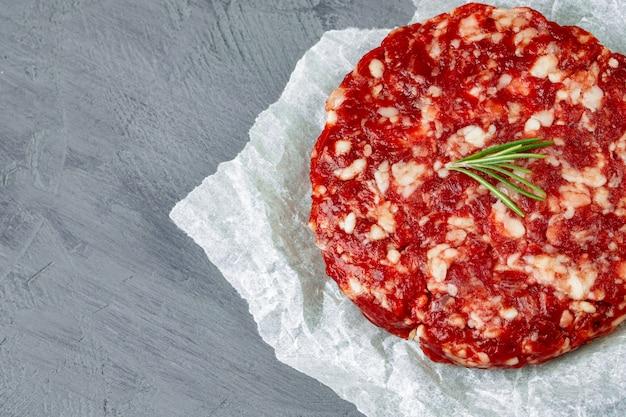 Hamburger tritato fatto in casa fresco crudo della bistecca di manzo, fine su