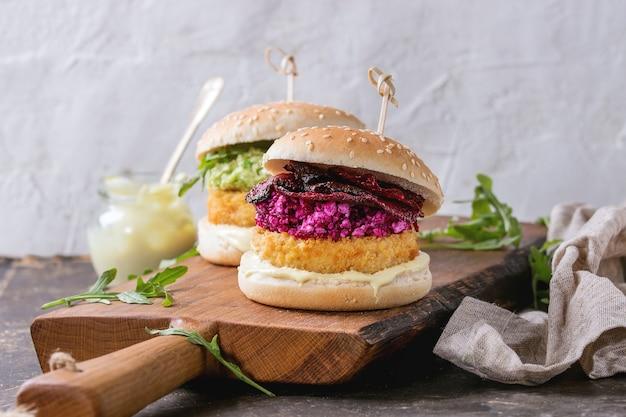 Hamburger vegani con avocado, barbabietola rossa e salsa