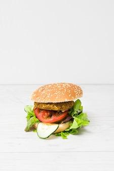 Hamburger vegano vista frontale con spazio di copia