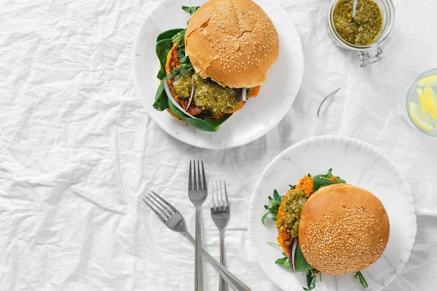 Hamburger vegetariano cotoletta zucca spinaci rucola pesto vista dall'alto alimento sano