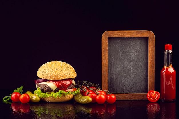 Hamburger vista frontale con lavagna
