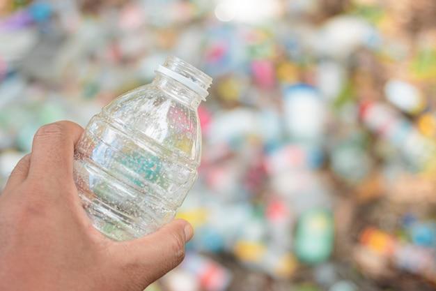 Hand hold show plastica riciclabile per riciclare il riutilizzo del concetto.