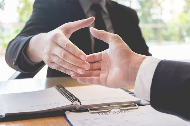 Handshake del capo e dell'impiegato di affari dopo i riusciti negoziati o intervista.