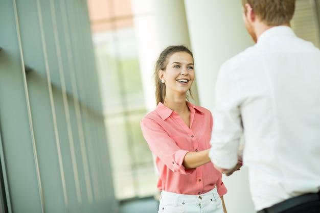 Handshaking dell'uomo e della giovane donna