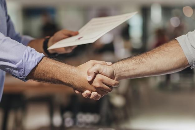 Handshaking di uomini d'affari