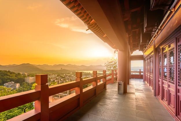 Hangzhou city nightscape e antico padiglione