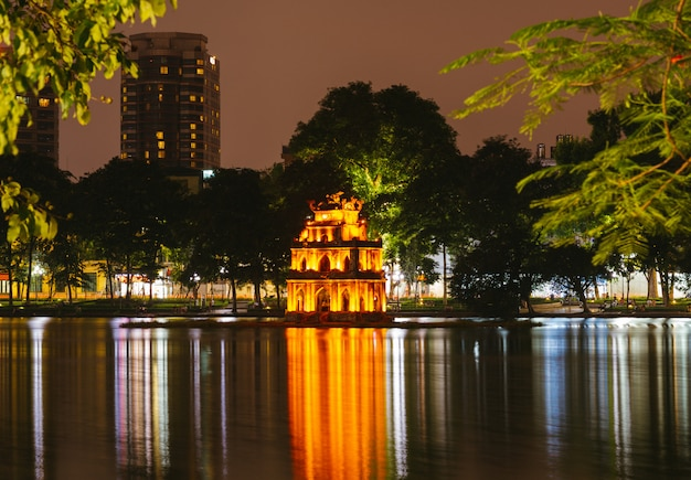 Hanoi vietnam vista notturna del lago hoan kiem, turtle tower.