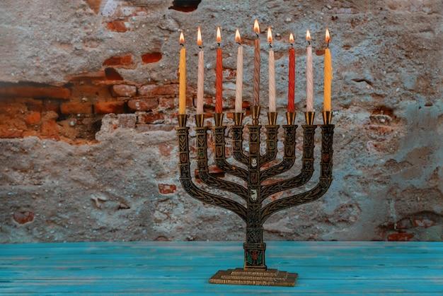 Hanukkah accende un tradizionale candelabro ebraico festivo