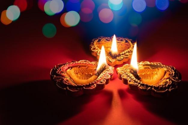 Happy diwali - lampade clay diya accese durante dipavali, festa indù delle luci celebrazione.