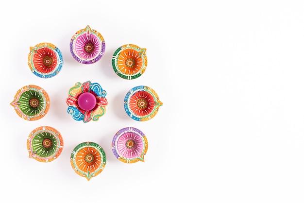 Happy diwali - lampade clay diya accese durante dipavali, festival indù.