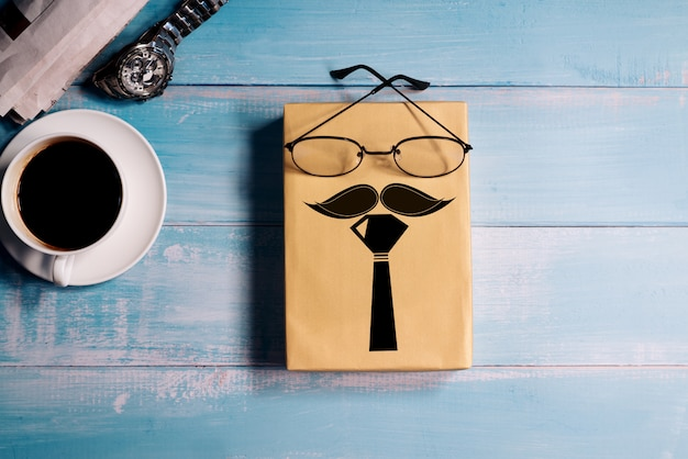 Happy fathers day, confezione regalo con una tazza di caffè e guardare