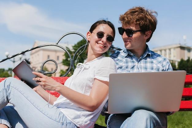 Happy giovani freelance nel parco