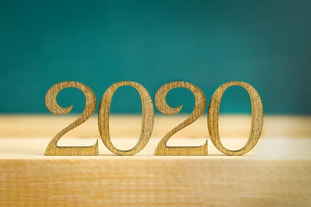 Happy new year 2020. testo creativo happy new year 2020 scritto in lettere di legno oro.