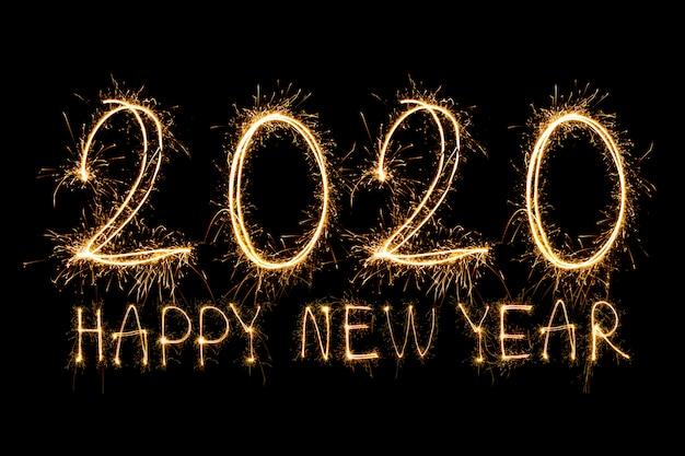 Happy new year 2020. testo creativo happy new year 2020 scritto scintillanti stelle filanti isolati