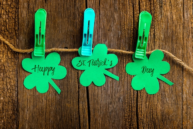 Happy saint patrick's su quadrifogli di trifoglio tenuti da mollette