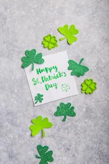 Happy saint patricks day card con quadrifogli di trifoglio