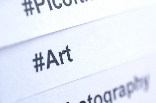 Hashtag popolare 'arte' stampato su carta bianca.