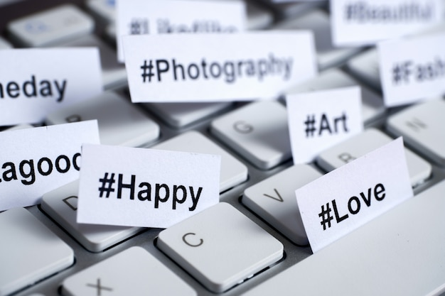 Hashtag popolari stampati su carta bianca inserita nella tastiera.