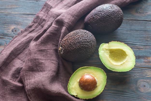 Hass avocado sul tavolo di legno