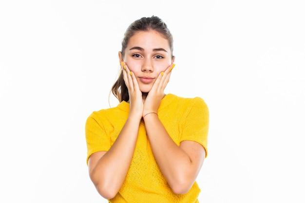Head shot portrait grateful promettente giovane ragazza adolescente tenendo le mani sul mento, compiaciuto giovane femmina guardando la fotocamera, sentendo amore, gratitudine, apprezzamento, ringraziando il destino