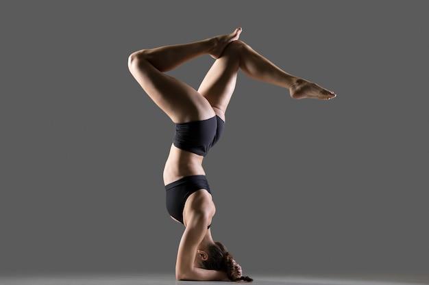 Headstand con gambe piegate