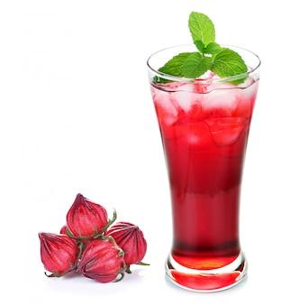 Hibiscus sabdariffa o frutti di rosella e succo di rosella isolati su fondo bianco