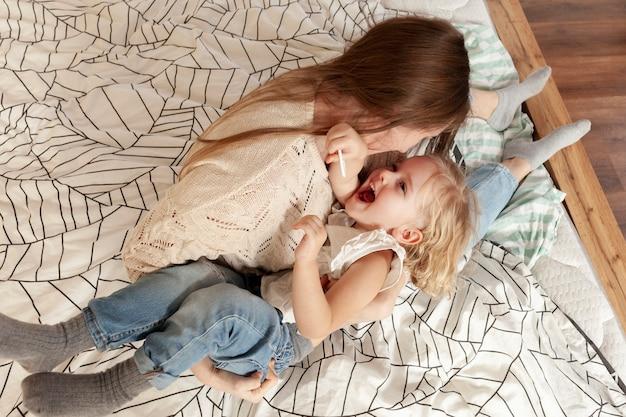 Higha ngle giocosa mamma e figlia